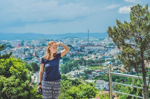 Jeune femme voyageur bénéficiant d'une vue imprenable sur la ville de dalat, vietnam