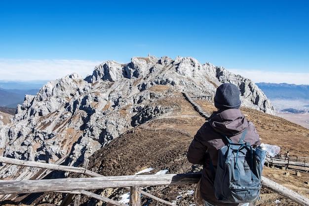 Jeune femme voyageur voyageant à shika snow mountain ou blue moon valley