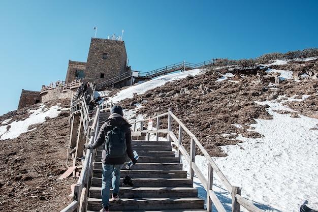 Jeune femme voyageur voyageant à shika snow mountain