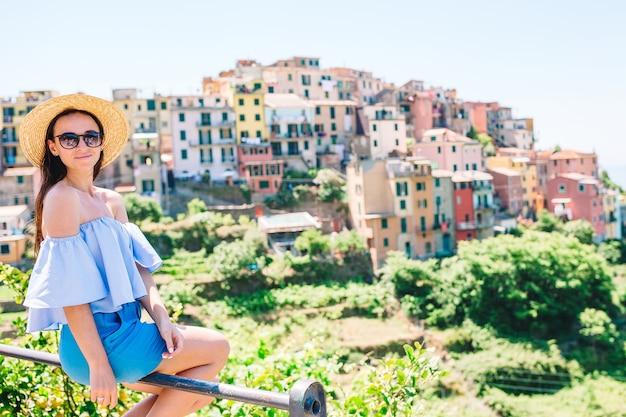 Jeune femme avec une vue magnifique sur le vieux village de cinque terre, ligurie, italie.