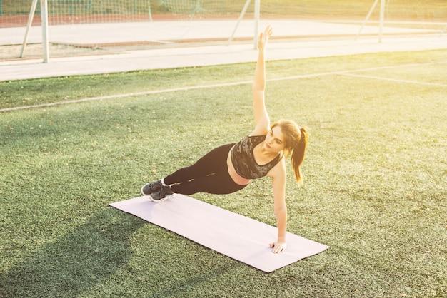 Jeune femme, yoga, stade