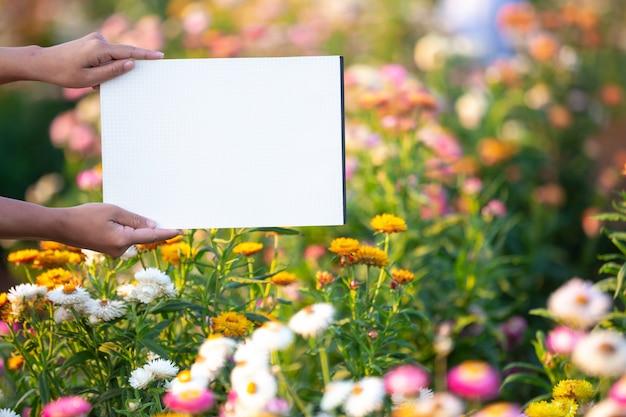 Le jeune fermier souriant se tenait debout, un papier blanc vide.