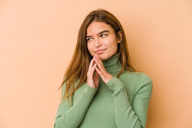 Jeune fille adolescente caucasienne maigre faisant plan à l'esprit, mettant en place une idée.
