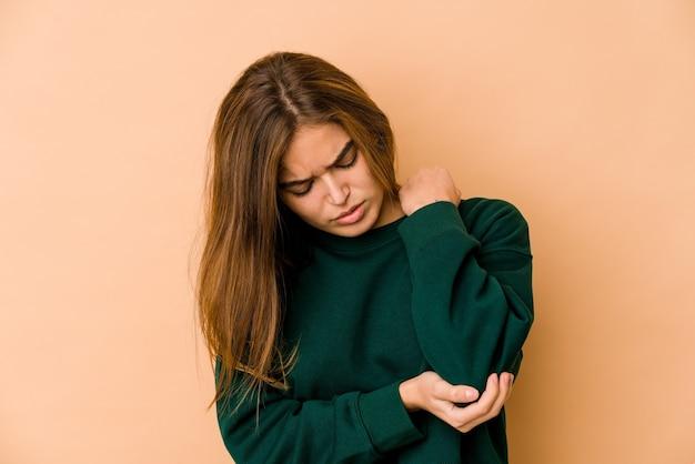 Jeune fille adolescente caucasienne maigre massant le coude, souffrant après un mauvais mouvement.