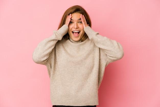 Jeune fille adolescente maigre s'amusant couvrant la moitié du visage avec palm
