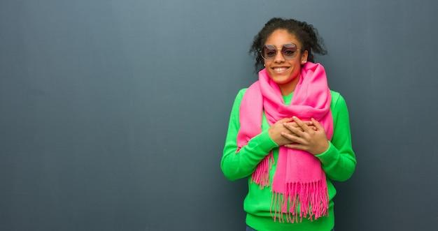 Jeune fille afro-américaine aux yeux bleus fait un geste romantique