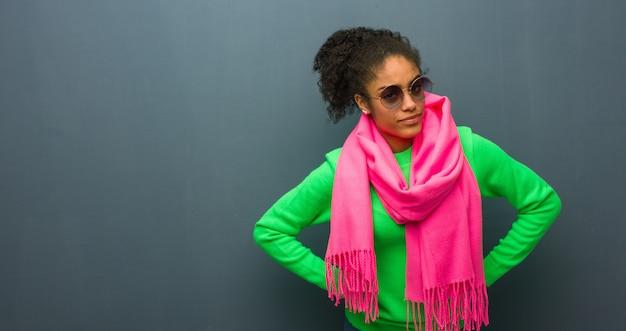 Jeune fille afro-américaine aux yeux bleus gronder quelqu'un de très en colère