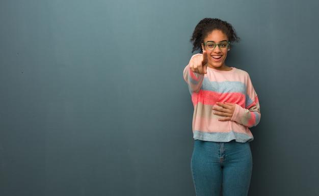 Jeune fille afro-américaine aux yeux bleus rêve d'atteindre ses buts et objectifs