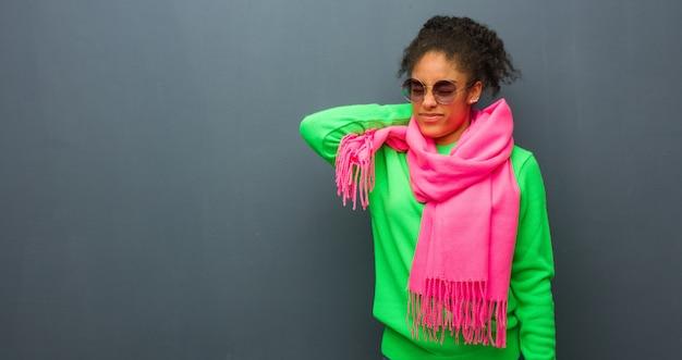 Jeune fille afro-américaine aux yeux bleus souffrant de douleurs au cou