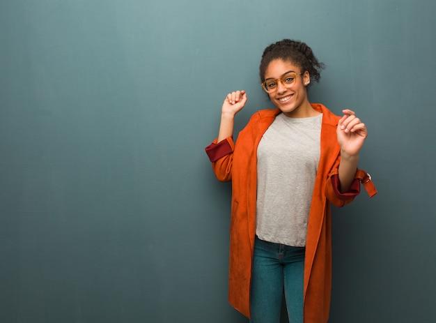 Jeune fille afro-américaine noire aux yeux bleus danser et s'amuser