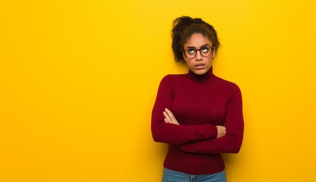 Jeune fille afro-américaine noire aux yeux bleus fatiguée et ennuyée