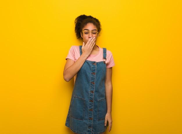 Jeune fille afro-américaine noire aux yeux bleus fatiguée et très fatiguée