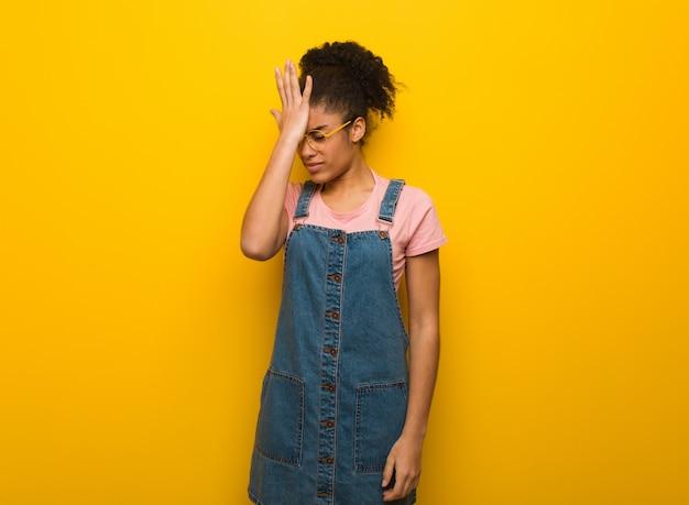Jeune fille afro-américaine noire aux yeux bleus oublieux, réaliser quelque chose