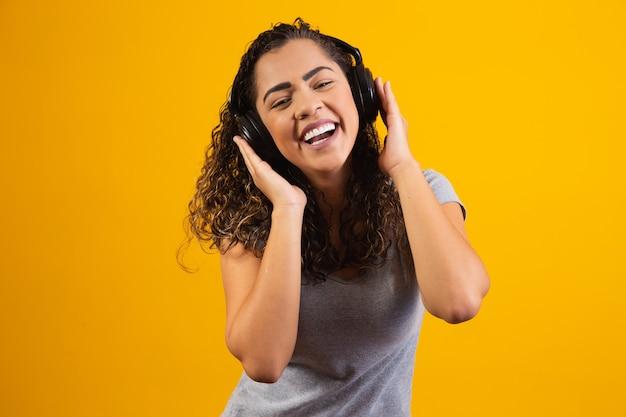 Jeune fille afro avec ses écouteurs écoutant de la musique