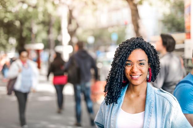 Jeune fille afro souriante