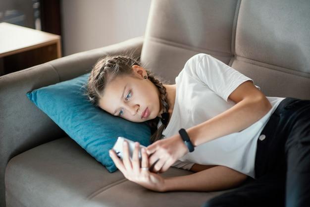 Jeune fille à l'aide de mobile