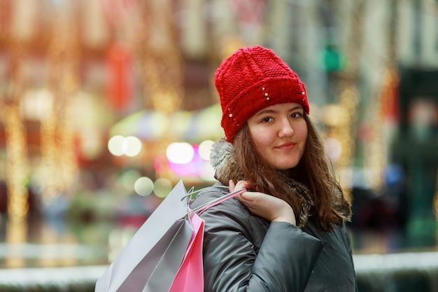 Jeune fille, aller, tenue, sacs provisions