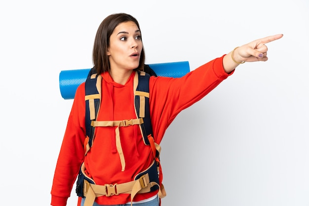 Jeune fille de l'alpiniste caucasien avec un gros sac à dos