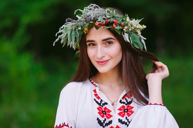 Une jeune fille d'apparence slave avec une couronne de fleurs sauvages à la mi-été.