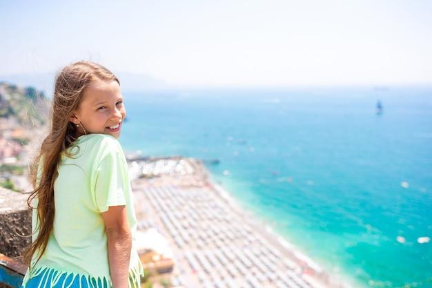 Jeune fille en arrière-plan de la mer méditerranée et du ciel.