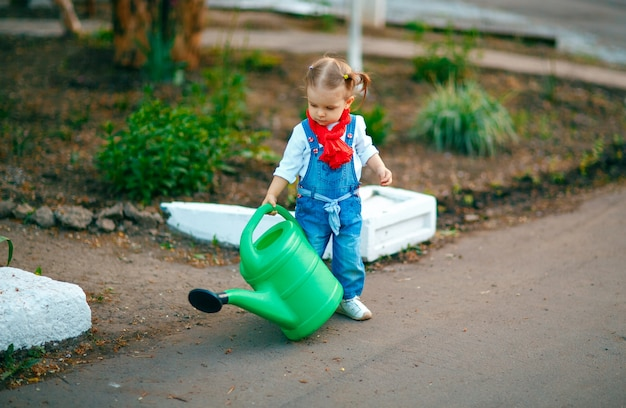 Jeune fille avec arrosage pot