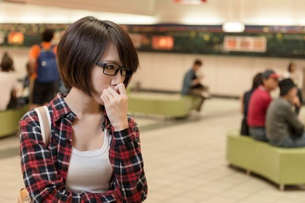 Jeune fille asiatique attendre quelqu'un dans un centre commercial à taipei, taiwan.