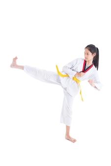 Jeune fille asiatique ayant une formation de taekwondo