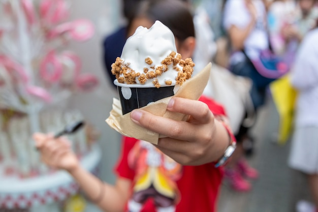 Jeune fille asiatique heureuse, appréciant sa crème douce, crème glacée japonaise, garniture de granola