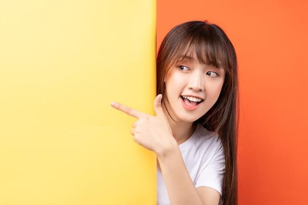 Jeune fille asiatique sur jaune et orange
