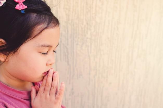 Jeune fille asiatique priant