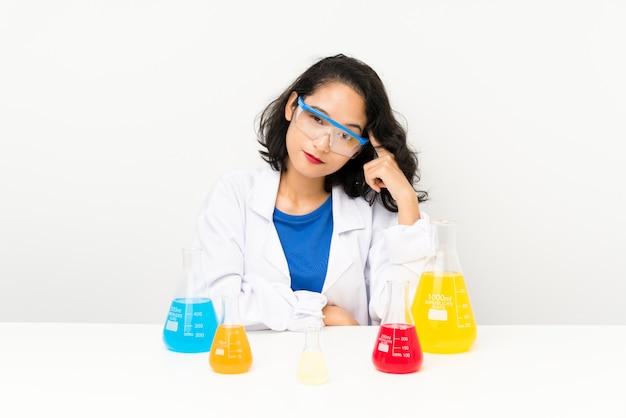Jeune fille asiatique scientifique