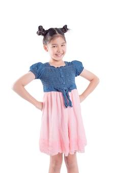 Jeune fille asiatique souriante isolée sur fond blanc