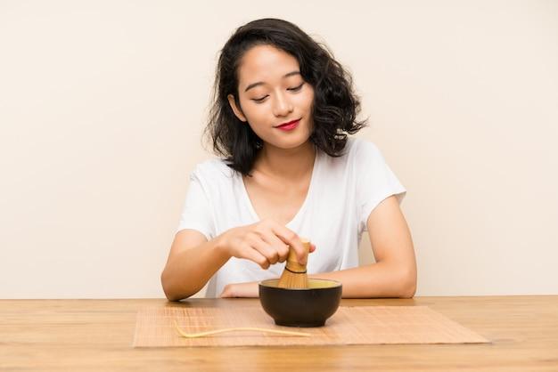 Jeune fille asiatique avec thé matcha