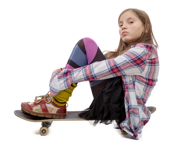 Jeune fille assise sur skate