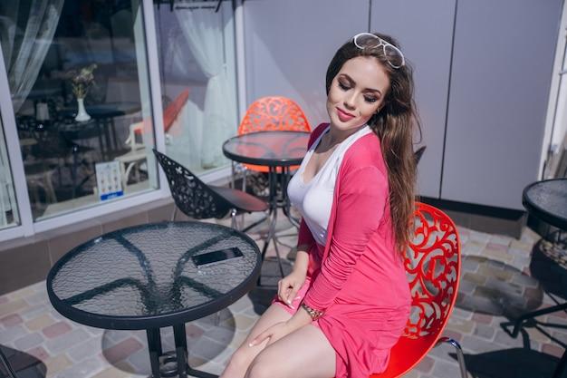 Jeune fille assise avec les yeux fermés