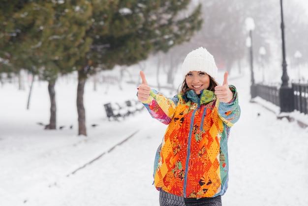 Jeune fille athlétique fait du sport un jour givré et neigeux et montre la classe. fitness, course à pied