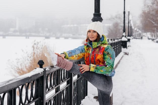 Jeune fille athlétique se réchauffe avant de courir un jour de gel. fitness, course à pied