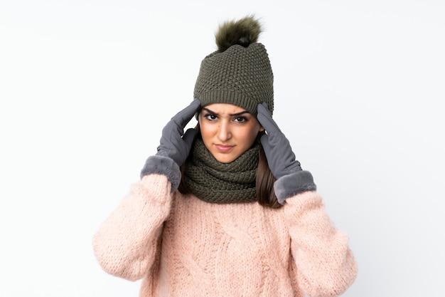 Jeune fille au chapeau d'hiver malheureuse et frustrée par quelque chose.