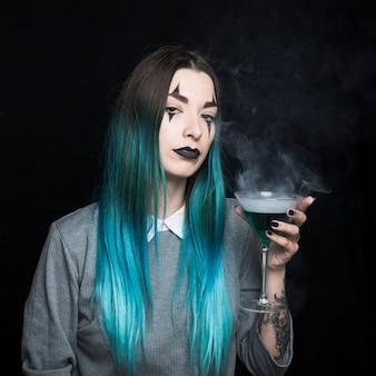 Jeune fille au maquillage effrayant et aux cheveux d'azur