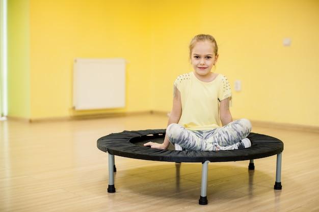 Jeune fille au trampoline