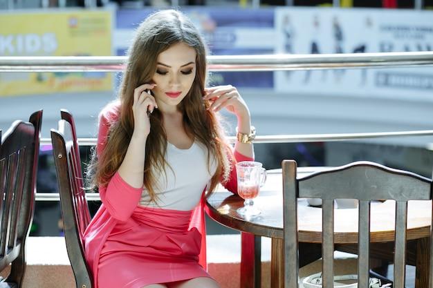 Jeune fille au visage grave parler au téléphone