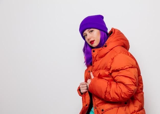 Jeune fille aux cheveux violets et en veste orange