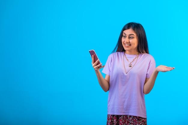 Jeune fille ayant un appel vidéo en ligne.