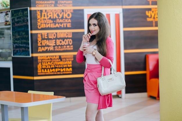 Jeune fille ayant un soda dans un centre commercial