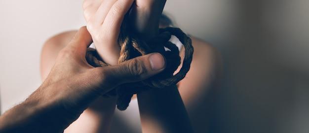 Jeune fille battue et ligotée