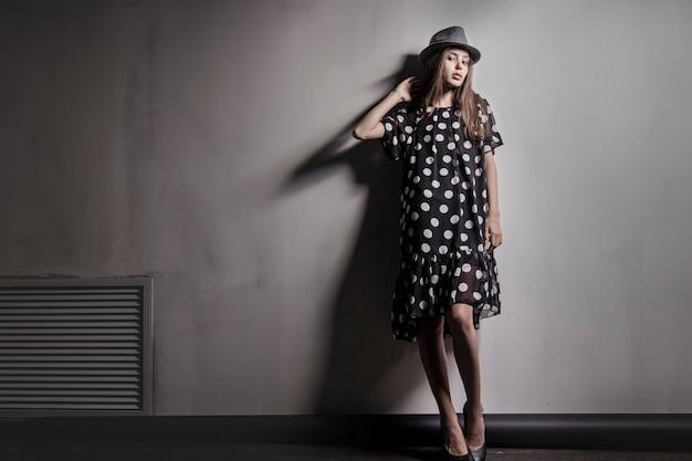 Jeune fille belle mannequin fille asiatique avec chapeau