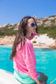 Jeune fille belle pendant les vacances italiennes sur la plage blanche