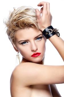 Jeune fille blonde aux cheveux courts et rouge à lèvres