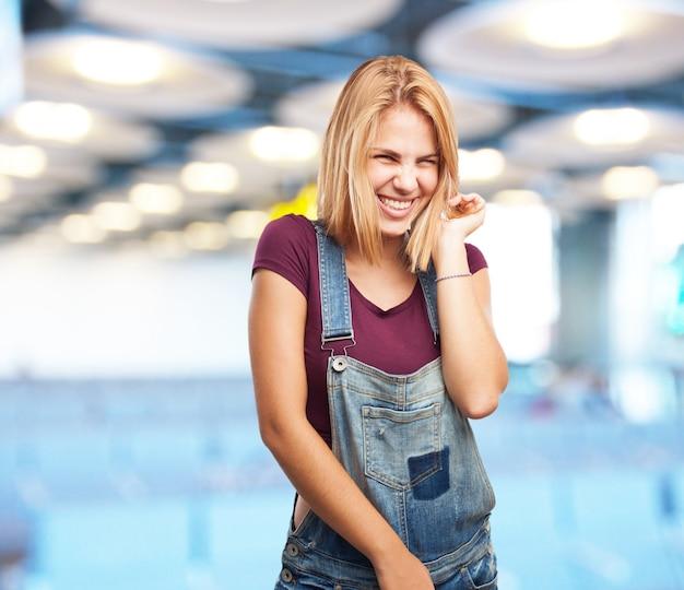 Jeune fille blonde. heureuse expression