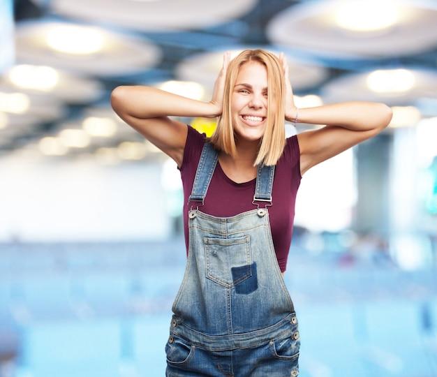 Jeune fille blonde heureuse expression